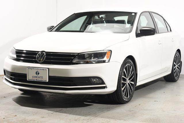 The 2016 Volkswagen Jetta 1.8T Sport photos