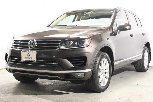 The 2016 Volkswagen Touareg Sport w/Technology photos