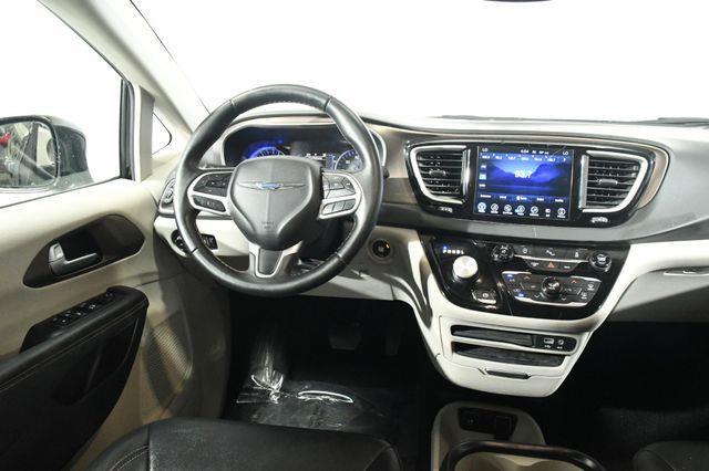 2017 Chrysler Pacifica Touring-L w/Nav/Blind Spot/ Sa photo