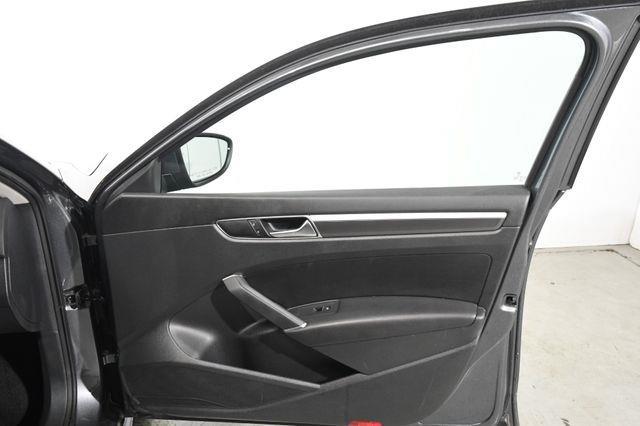2016 Volkswagen Passat 1.8T R-Line w/Comfort Pkg photo