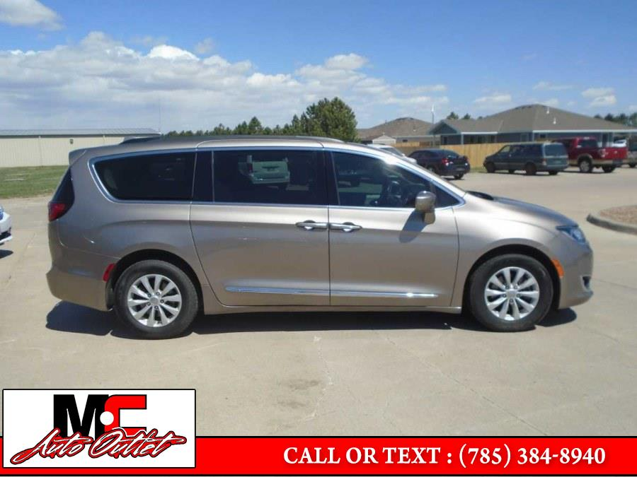 Used Chrysler Pacifica Touring-L FWD 2017 | M C Auto Outlet Inc. Colby, Kansas