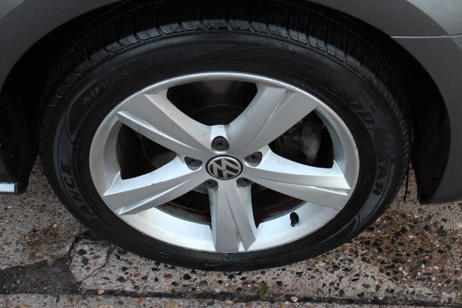 Used Volkswagen Passat 4dr Sdn 2.5L Auto SE w/Sunroof & Nav PZEV 2012 | Carsonmain LLC. Manchester, Connecticut