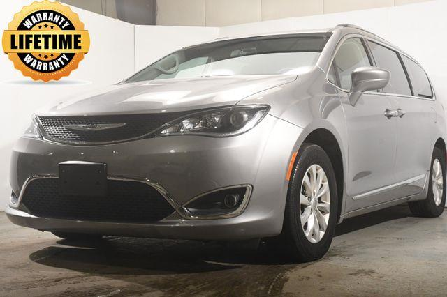 2018 Chrysler Pacifica Touring L w/ Car Play/ Blind S photo