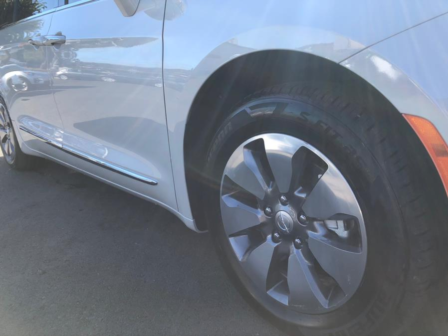 Used Chrysler Pacifica Plug-in Hybrid Platinum 2017 | Green Light Auto Wholesale. Daly City, California