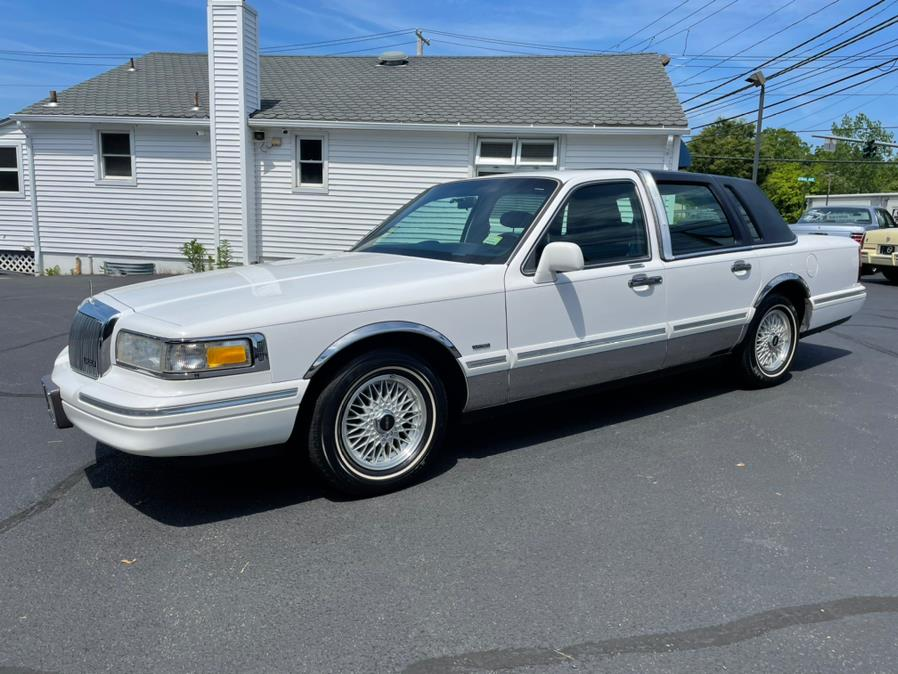 Used 1995 Lincoln Town Car in Milford, Connecticut | Chip's Auto Sales Inc. Milford, Connecticut