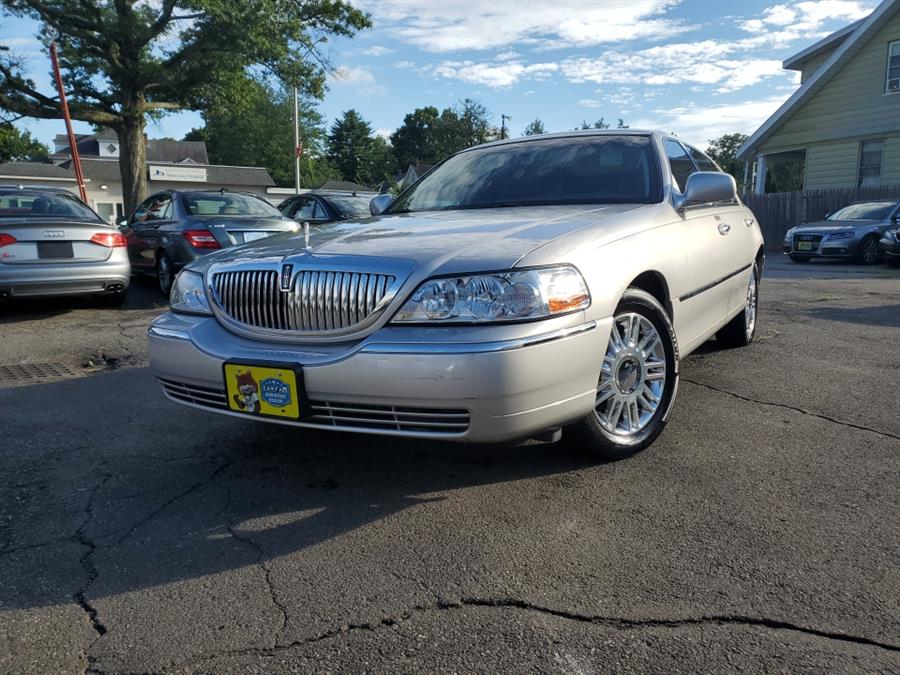 Used 2011 Lincoln Town Car in Springfield, Massachusetts | Absolute Motors Inc. Springfield, Massachusetts